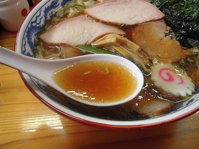 焼豚ワンタン麺 スープ とら食堂.jpg