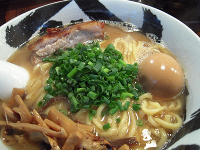白武骨味玉ら〜麺 具up 武骨.jpg