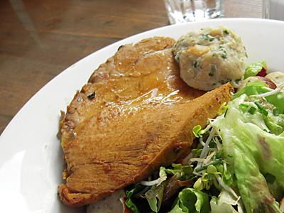 白ソーセージとサラダ もらい物の肉 Lebensmittel.jpg