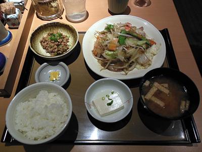 肉野菜炒め定食+小鉢納豆 やよい軒町屋.jpg