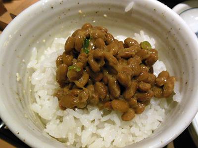 肉野菜炒め定食+小鉢納豆 on納豆 やよい軒町屋.jpg